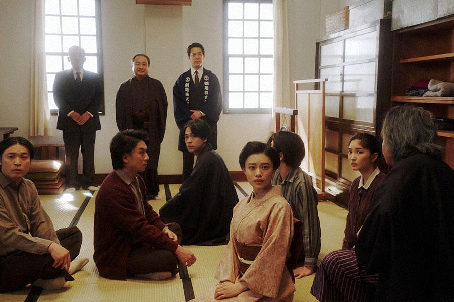 稽古場にて、新メンバーを紹介される一同(C)NHK