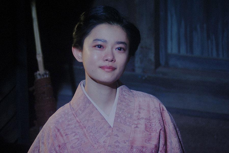 天海家にて、月を見る千代(杉咲花)(C)NHK
