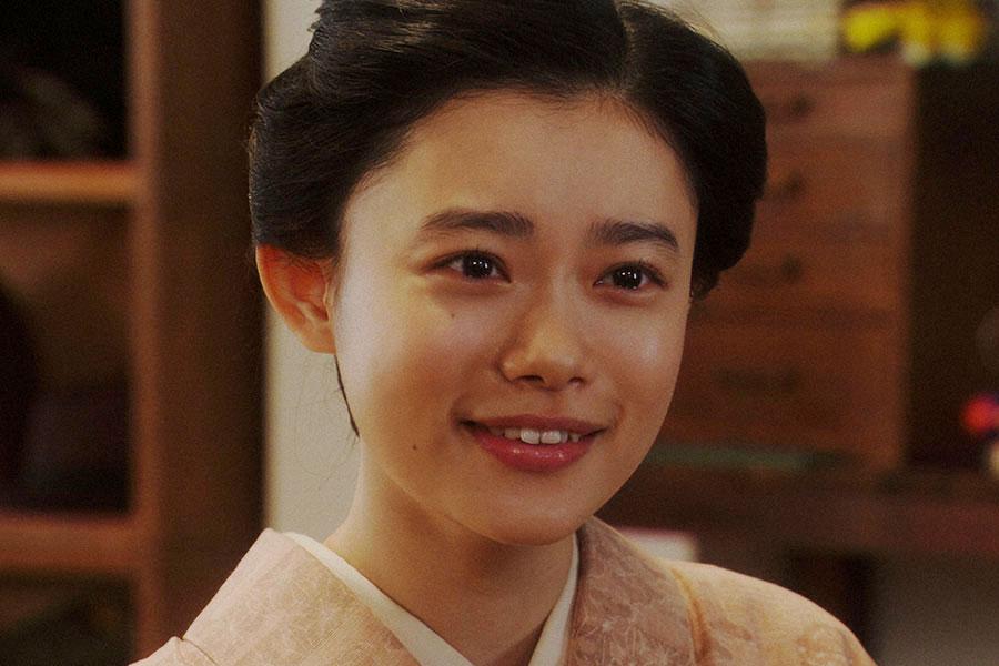 【第94話】稽古場にて、劇団員と話しをする千代(杉咲花)(C)NHK