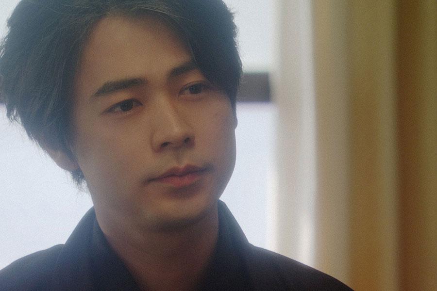 稽古場にて、劇団員と話しをする天海一平(成田凌)(C)NHK