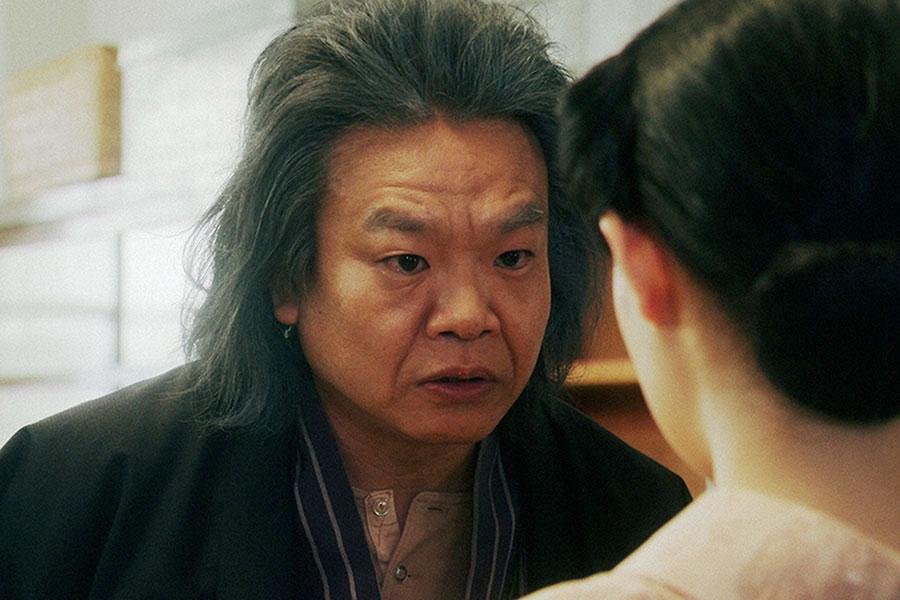 稽古場にて、千代にあることを言う千之助(星田英利)(C)NHK