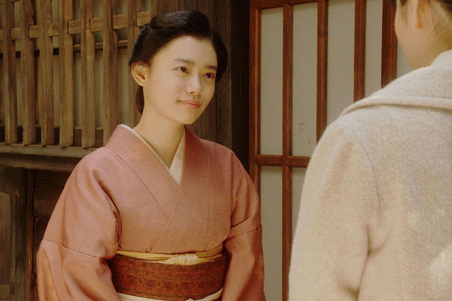 灯子の家・表にて、灯子(小西はる)と話しをする千代(杉咲花)(C)NHK