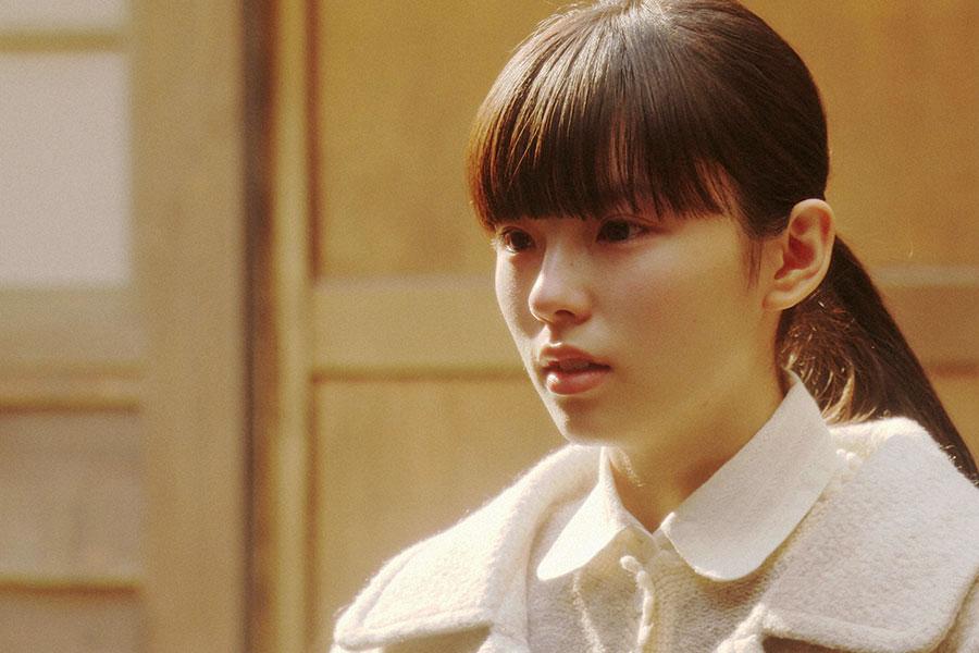 灯子の家・表にて、千代と話しをする朝日奈灯子(小西はる)(C)NHK