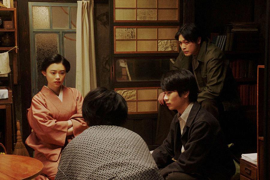 天海家・居間にて、一平(成田凌)と話しをする千代たち(杉咲花)(C)NHK