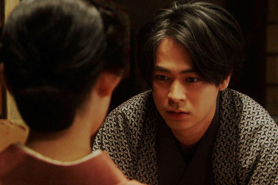 千代(杉咲花)と話しをする一平(成田凌)(C)NHK