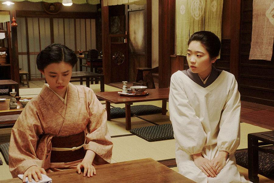岡福にて、みつえ(東野絢香)と話しをする千代(杉咲花)(C)NHK