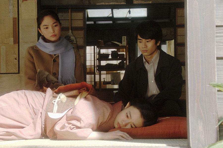 ふさぎこむ千代(杉咲花)を心配する香里(松本妃代)、寛治(前田旺志郎)(C)NHK