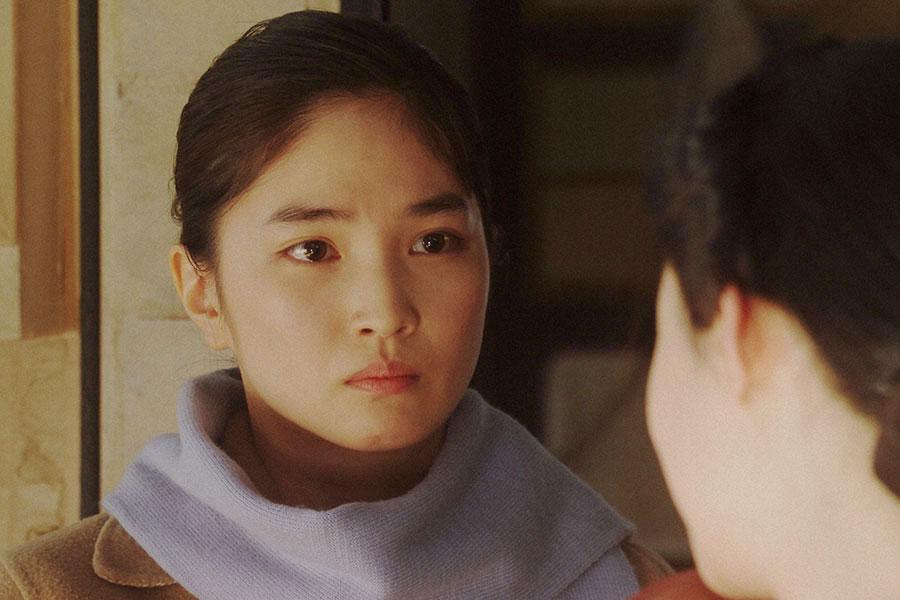 天海家にて、千代(杉咲花)と話しをする香里(松本妃代)(C)NHK