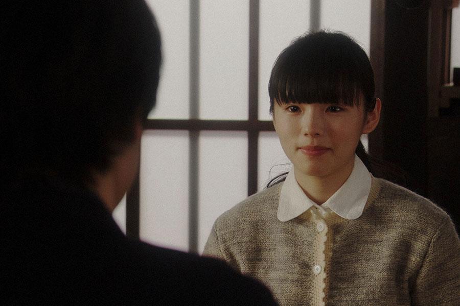 灯子の家にて、一平(成田凌)と話しをする灯子(小西はる)(C)NHK