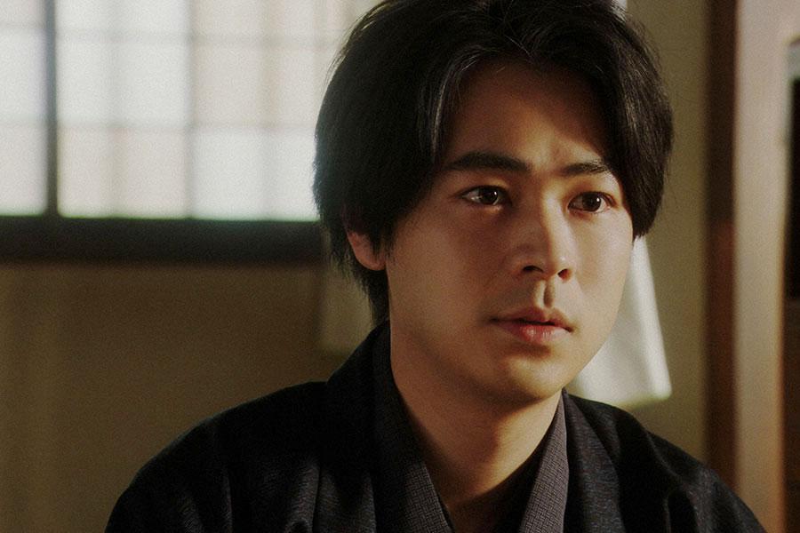 灯子の家にて、灯子(小西はる)と話しをする一平(成田凌)(C)NHK