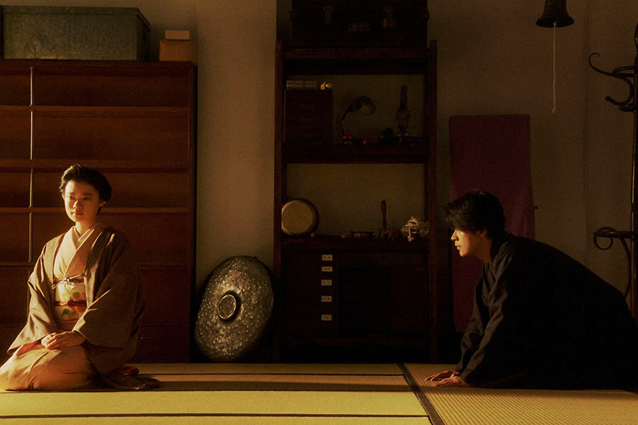 稽古場にて、千代(杉咲花)に「離縁してください」と頭を下げる一平(成田凌)(C)NHK