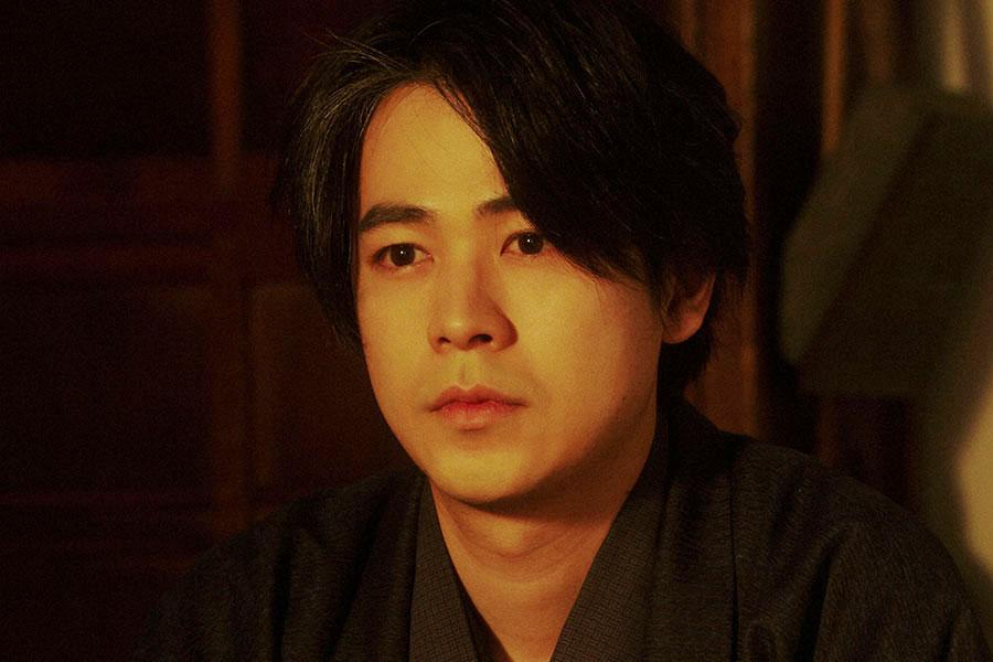 稽古場にて、千代(杉咲花)と話しをする一平(成田凌)(C)NHK