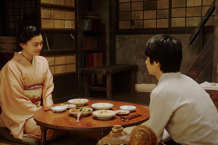 天海家にて、寛治(前田旺志郎)と話しをする千代(杉咲花)(C)NHK