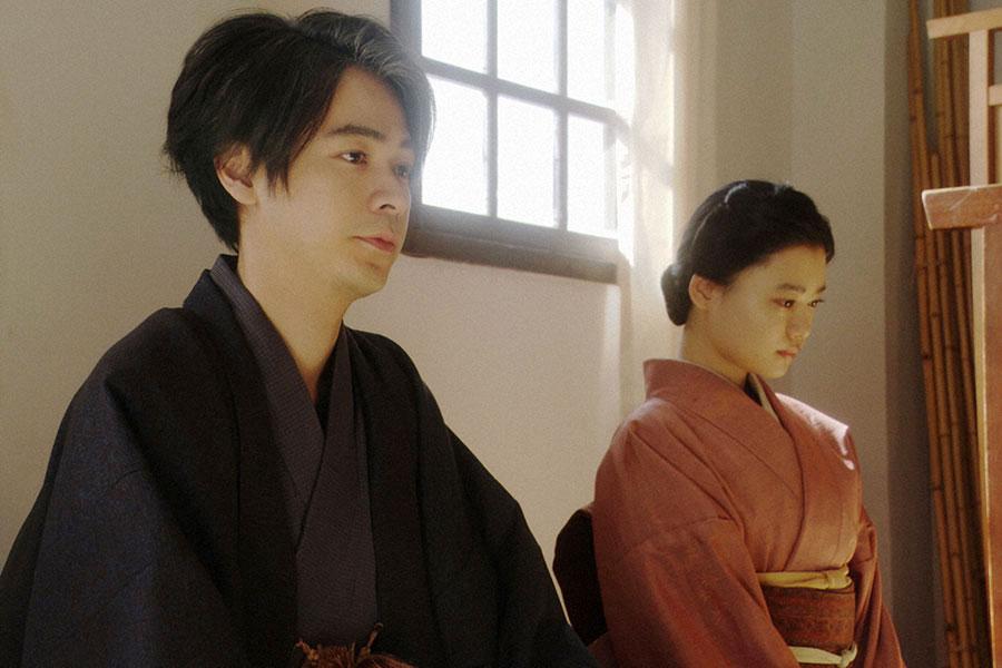 稽古場にて、劇団員に話しをする千代(杉咲花)と一平(成田凌)(C)NHK