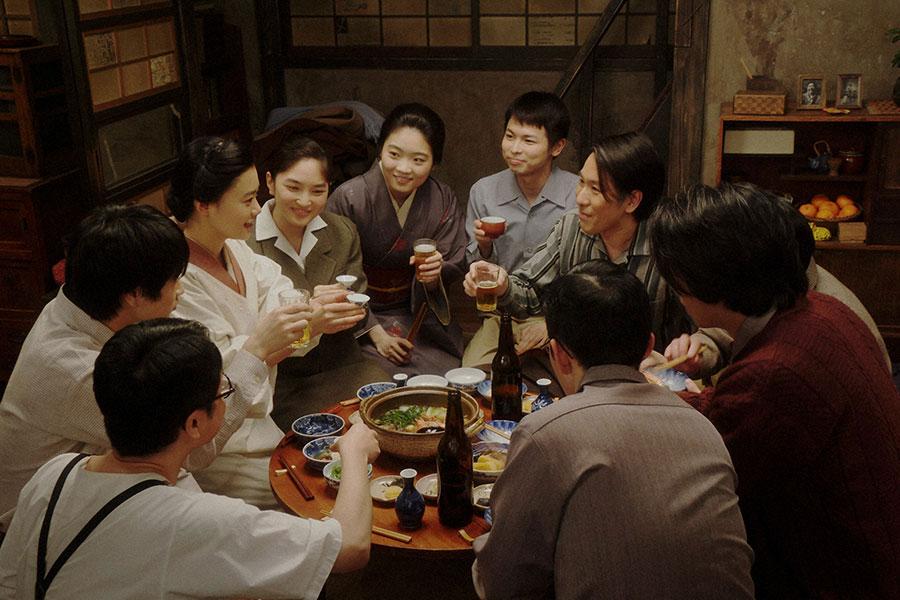 天海家にて、乾杯をする一同 (C)NHK