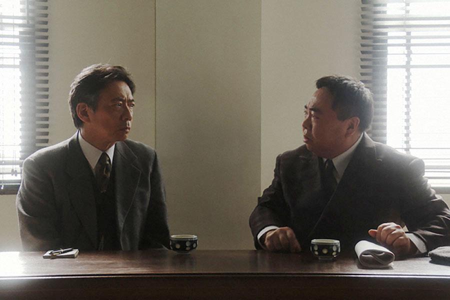 NHK大阪放送局・会議室で、ラジオドラマについて議論する長澤(生瀬勝久)と当郎(塚地武雅)(C)NHK