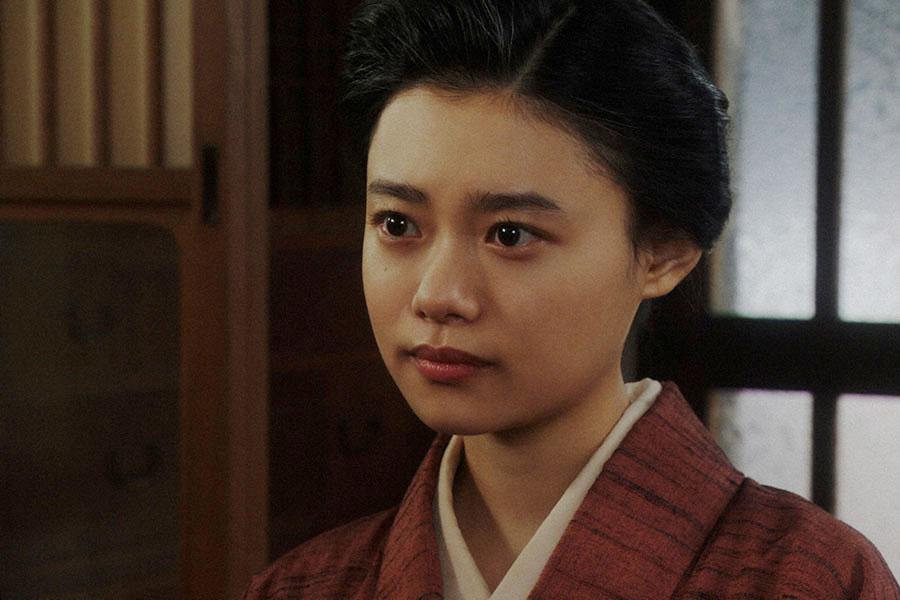 NHKのスタッフから、ラジオドラマの出演を依頼される千代(杉咲花)(C)NHK