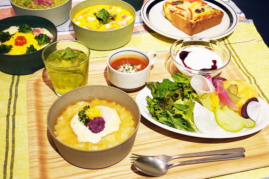 朝食はサラダバーやスープ、メインにはリゾットが5種類から選べる。おすすめは、三条限定の生湯葉と漬物を使った「OMOrning リゾット」