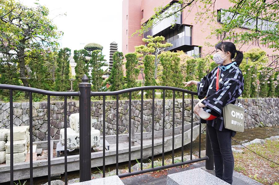 「京町らんまん川さんぽ」ツアーでは、OMOレンジャーのめいさんが、高瀬川ができた経緯などを詳しく説明。ツアーは「元・立誠小学校」前にある角倉了以像前で終了