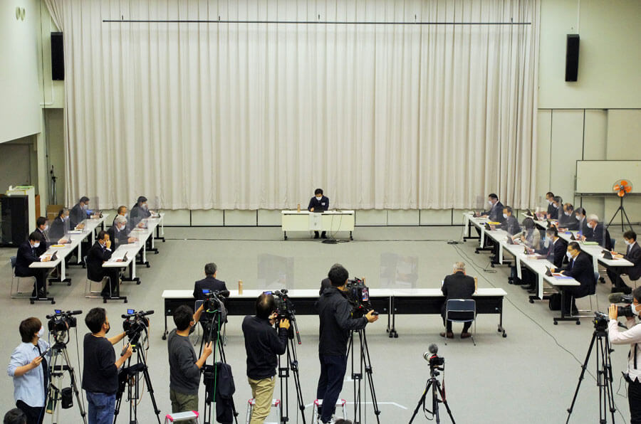 大阪府の新型コロナウイルス対策本部会議の様子(4月23日・大阪府庁)