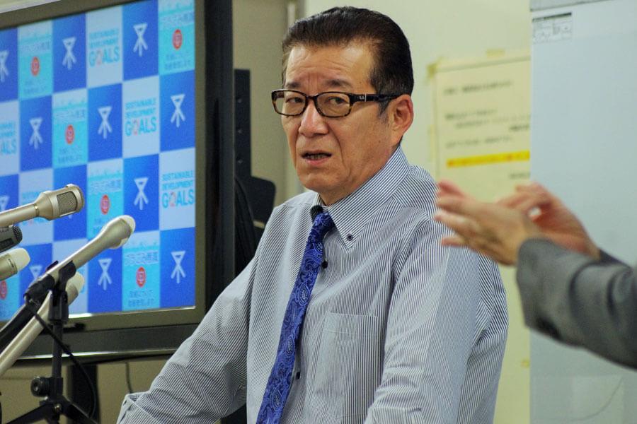 大阪府で新規陽性者が連日過去最多となっていることを受け持論を話す松井一郎市長(4月15日・大阪市役所)