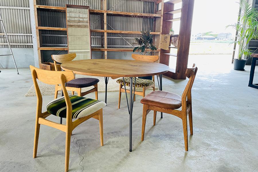 人気家具のひとつであるオリジナルチェアは、座面がファブリックだと30800円〜、レザーだと35200円〜。こちらをベースにカスタマイズにも応えてくれる