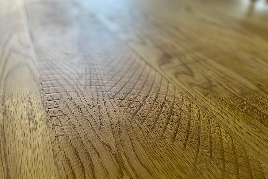 チェーンソーの跡をあえて残したデザインも。材料選びから仕上げの好みまで、一緒に話しながら作っていくスタイル