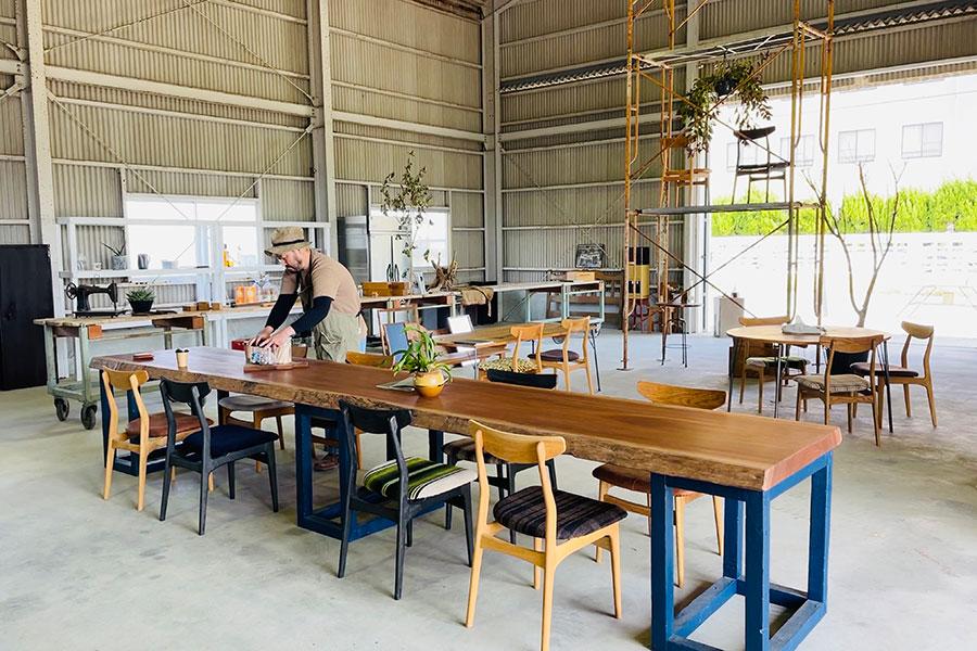 「その方のライフスタイルと部屋、体のサイズに合う家具を提供したい」とオーナーの臼井さん。大阪の門真市にある「笑門(えま)」さんに焙煎してもらっているパトラッシュオリジナルブレンドのコーヒー(400円)を飲みながらゆっくり家具を選べる