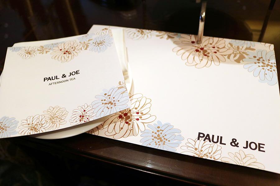 ポール&ジョーのシンボル・クリザンテーム柄のメニューとマット