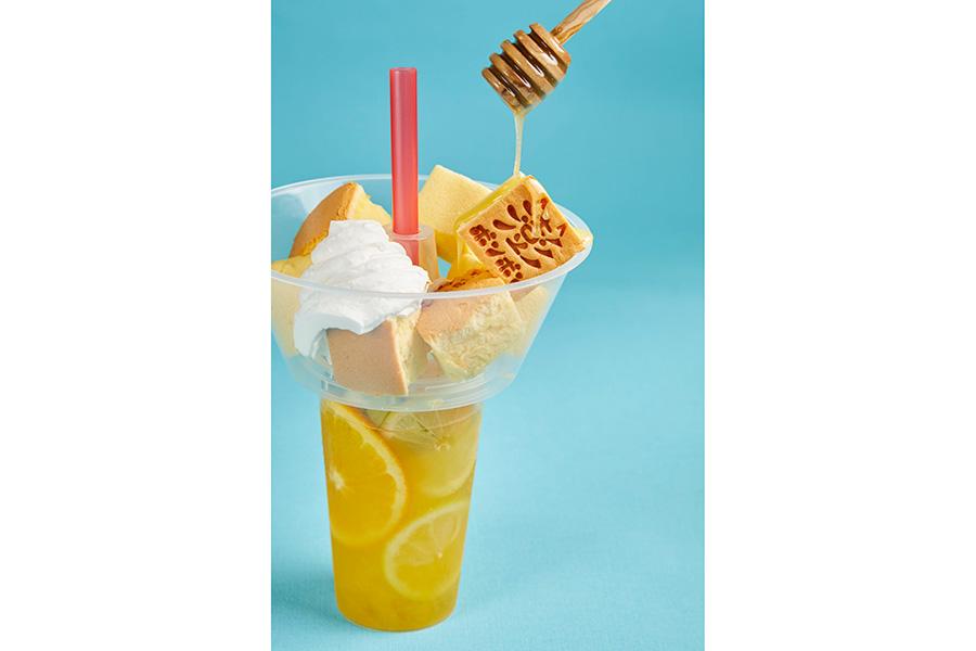 ポンポンon theフルーツティー860円。オレンジ&マンゴー、ストロベリー、パインレモネードの3種類から選べる