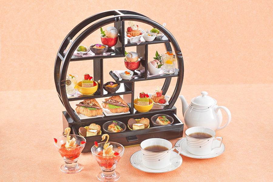 「ホテルロイヤルクラシック大阪」のカフェラウンジ「コアガリ」でのアフタヌーンティー。季節ごとに変わる華やかなメニュー。写真の春バージョンは5月末まで(写真は2人分)