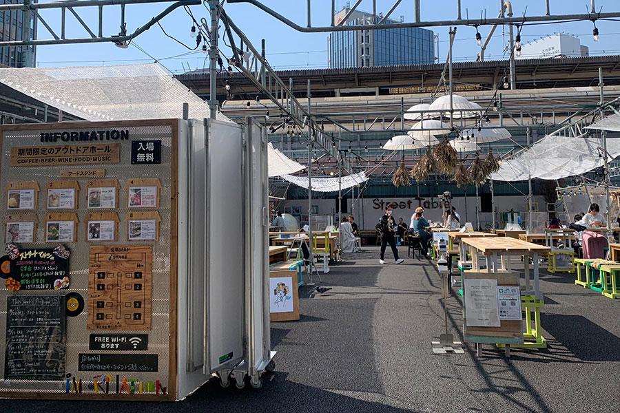 JR三ノ宮駅前の三宮ターミナルビル解体跡地に期間限定でオープンしている広場「ストリートテーブル」