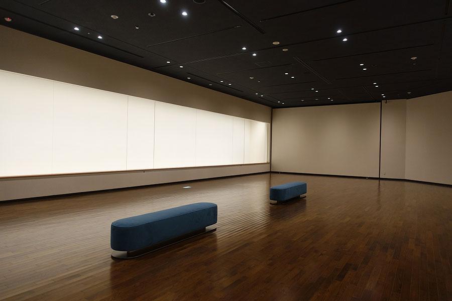 展示室は、床はカーペットからフローリングに変えるなど、天井や壁面などを張り替え。主に日本絵画や工芸などの展示を行う「展示室1」など、3つの展示空間がそろう。部屋の名称もそれぞれわかりやすいものに変更された