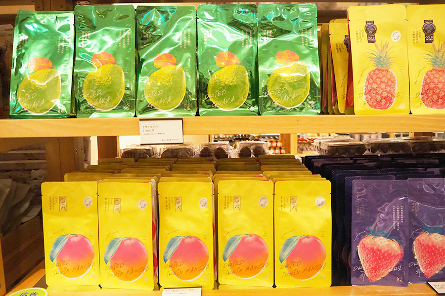 砂糖不使用のドライマンゴーやパイナップルなど、現地のお菓子も多数