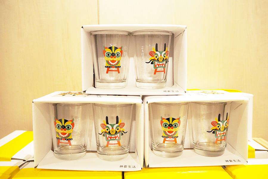 同百貨店とのコラボ商品・開業祝いにちなみ龍と獅子が描かれたガラスコップセット(2個・1100円)