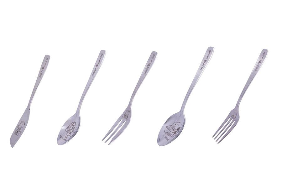 (左から)バターナイフ、スプーンS、フォークS(各660円)、スプーンM、フォークM(各770円)(C) 2021 Peanuts