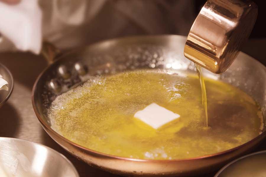 シリアルでミルキーショコラをサンドしたスイーツで、コンビニクオリティとは思えない濃厚なバター感が人気を博している