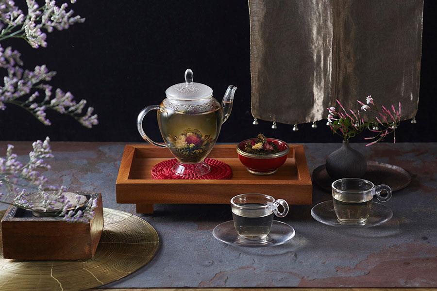 お湯を注ぐと花がゆっくり開く工芸茶の専門店「クロイソズ」の康藝銘茶 花籃(1個)831円、耐熱ガラス製のアリエルポット3300円