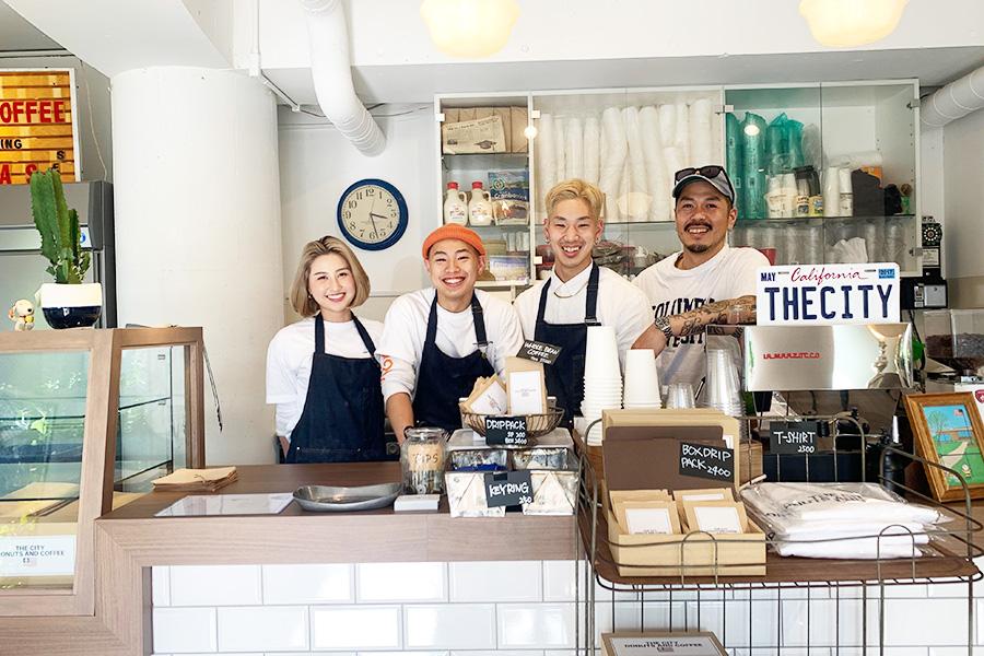 左から販売スタッフのミズキさん、パティシエのミッキーさん、スタッフのケンさん、オーナーの小野原祐輔さん