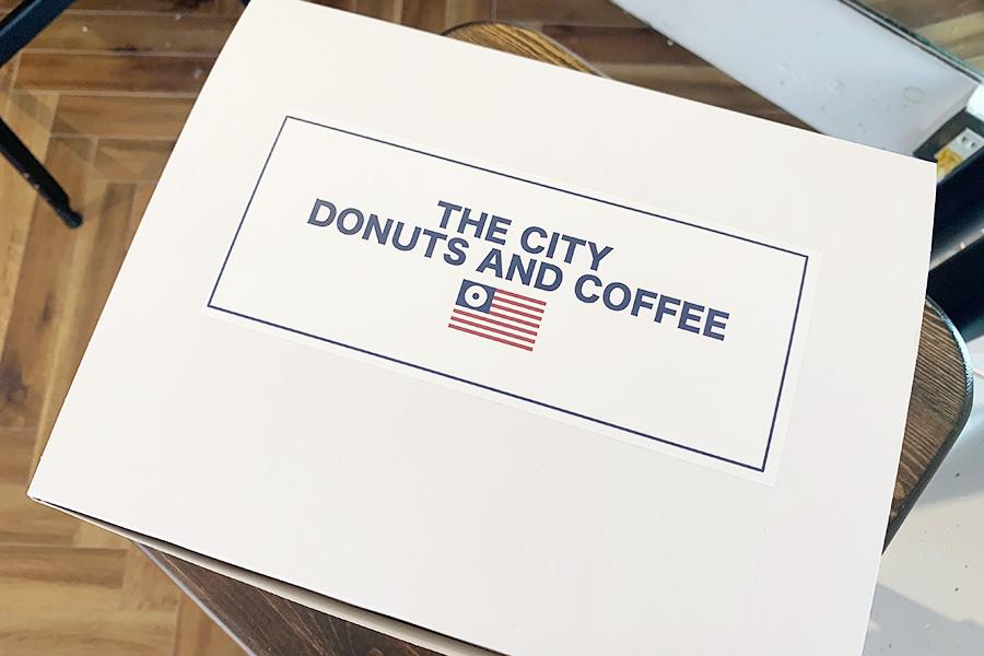 テイクアウト用のボックス、星条旗の星がドーナツになったロゴがポイント