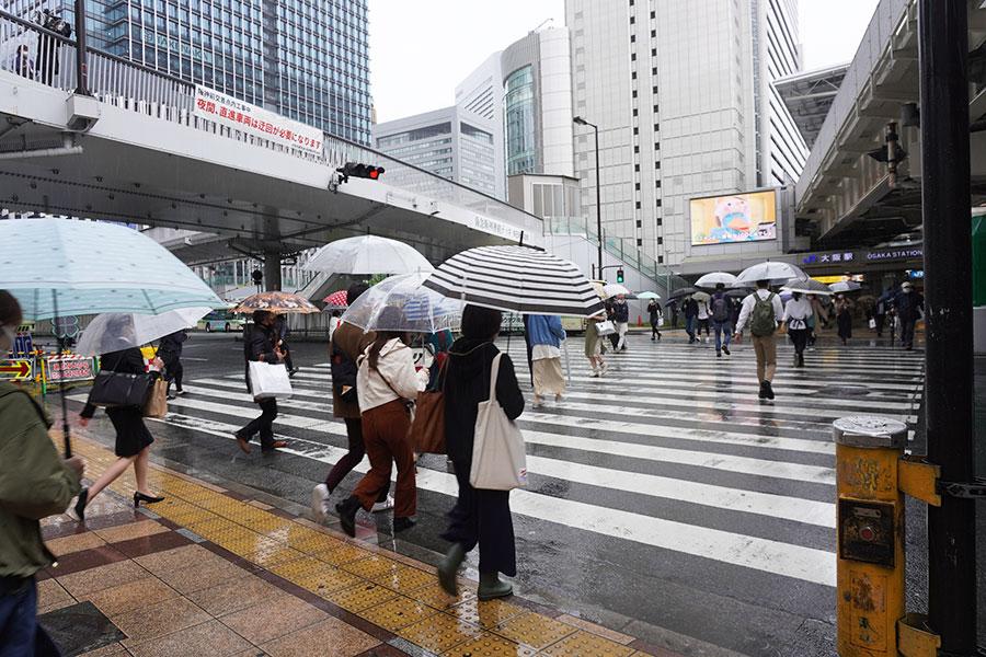 横断歩道を渡る人も通常に比べると少ないが、2020年時に比べると人通りが多い印象(4月29日撮影)