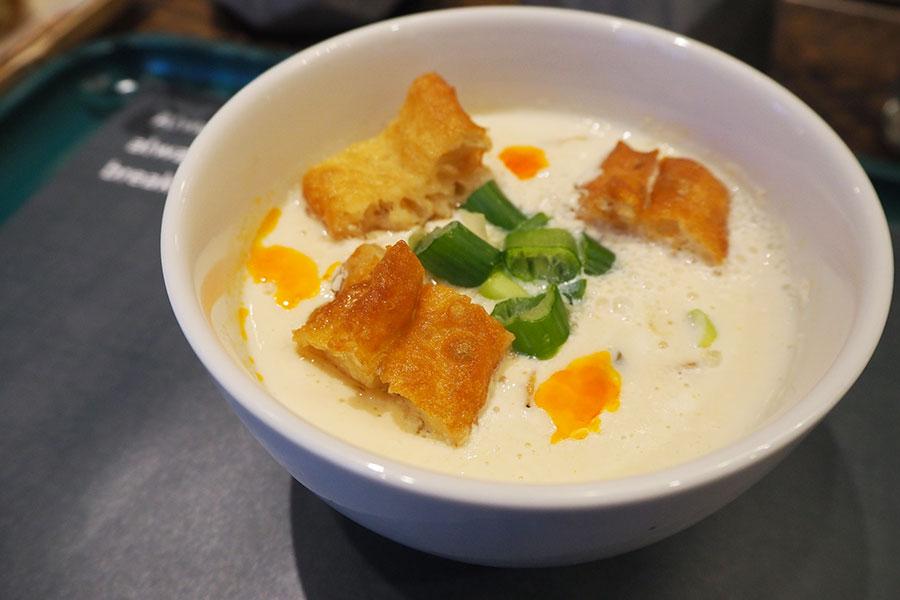 豆乳スープ「鹹豆漿」(480円)。酢で固めた自家製豆乳に、サクラエビ、ザーサイ、ネギ、揚げパンが入る