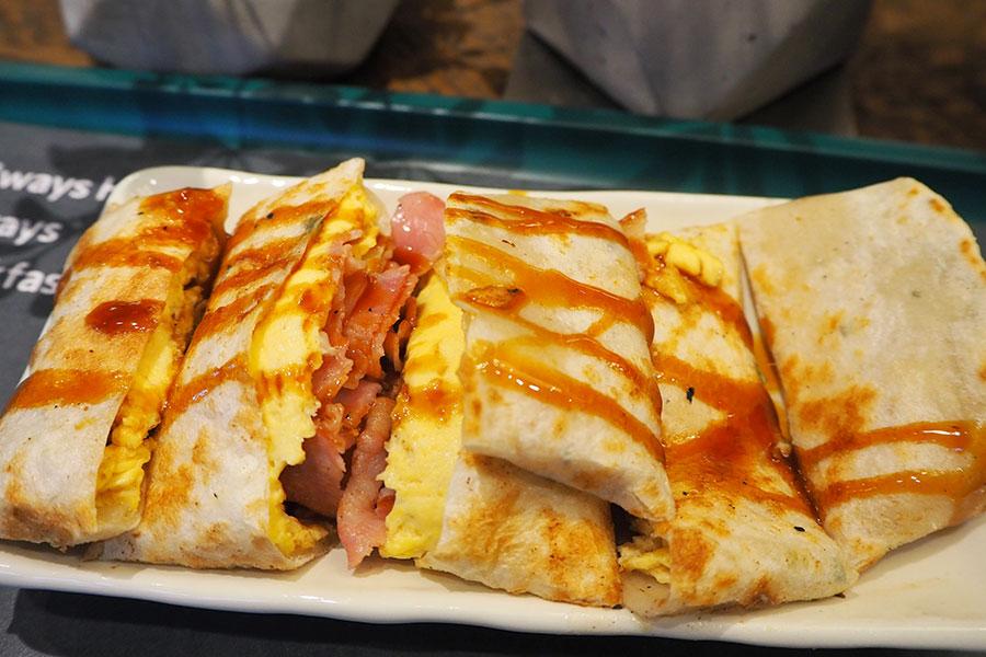 もちもち生地の台湾式クレープ「蛋餅(ダンビン)」写真はベーコン、卵入り(480円)