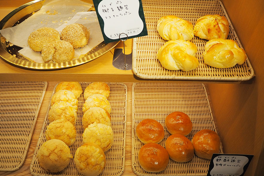店内で焼き上げるパンは、日替わりで約8種。タロイモパン、ココナッツパン、胡椒餅(台湾式ミートパイ)など