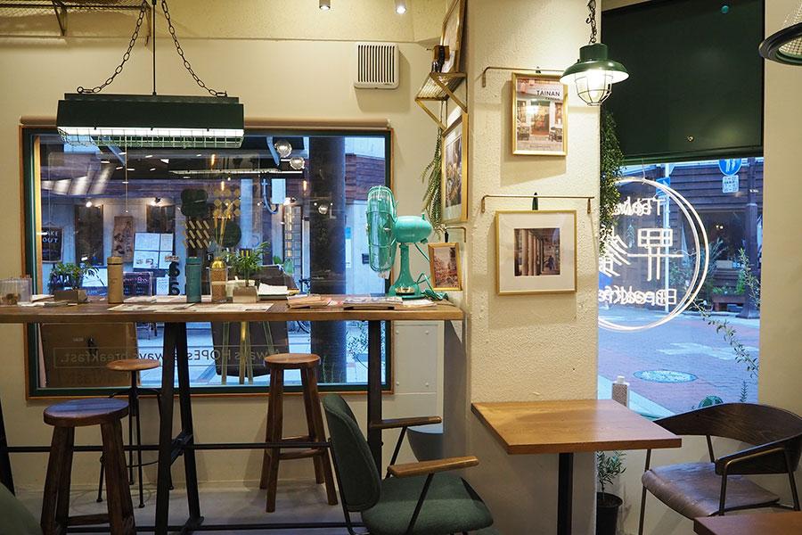 「マイホーム」をテーマにし、グリーンを基調にした店内。カウンター席、ソファ席など22席(入店人数を制限中)