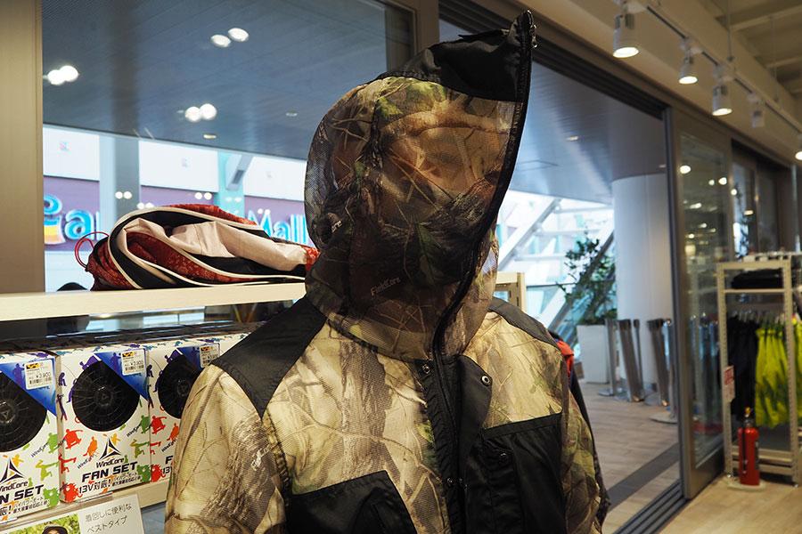 ファスナーを閉めると頭・顔まわり360度からの虫の侵入を防止できるという着る網戸「ステルジャケット」(2900円)