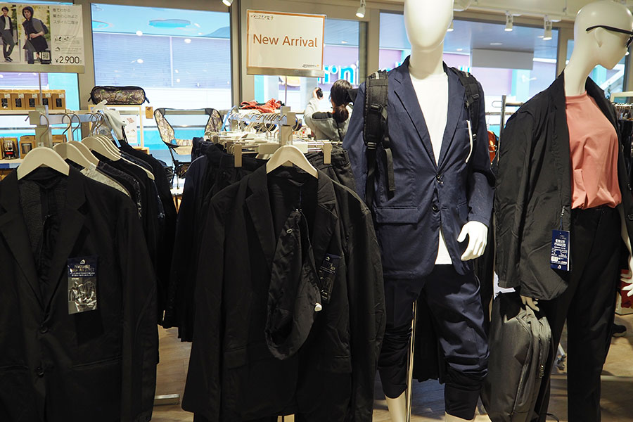 発売時から現在まで入荷するたびに即完売するという、作業服に変身するスーツ「ワークスーツ」(ジャケット2900円、2WAYパンツ1900円)