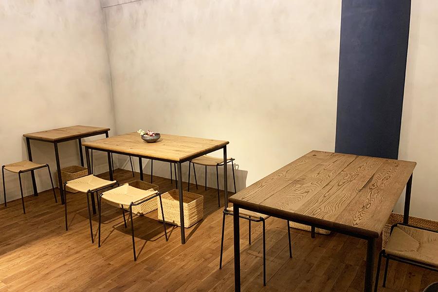 テーブルや椅子にもこだわった空間は、あたたかさもありつつ洗練の雰囲気。インテリアのほか、器やカトラリーも好きな作家にオーダーして作ってもらったそう