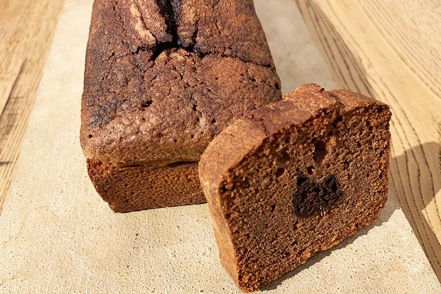 店のスペシャリテ「へーベルナッツとチョコレートケーキのケーキ」。中央に酸味と苦味のバランスのほどよいガナッシュを閉じ込めたパウンドケーキ。2600円