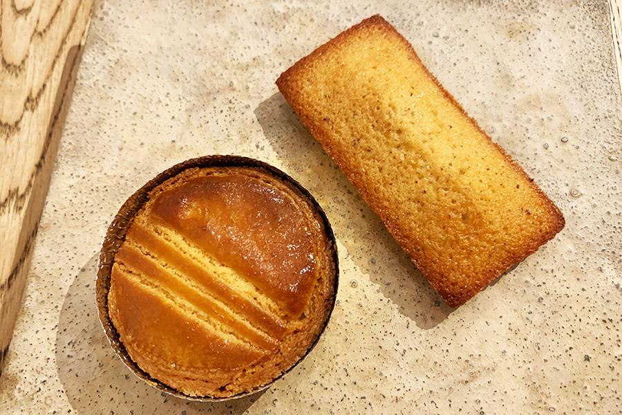 バターをたっぷり使用したガレットブルトンヌ300円、焦がしバターが香ばしいフィナンシェ000円